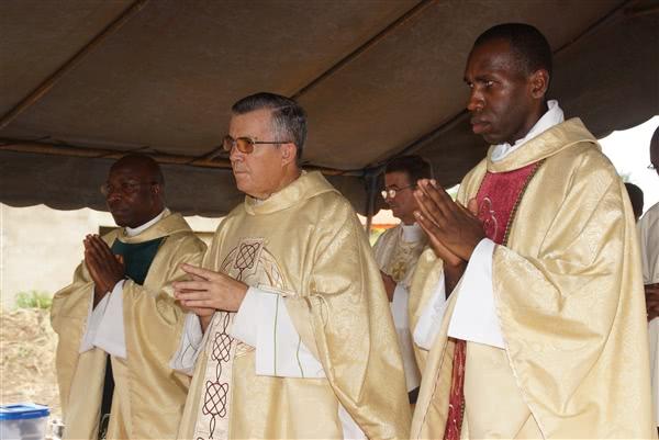 Monseigneur Sanchez, entouré des abbés Agbo et Sissoko