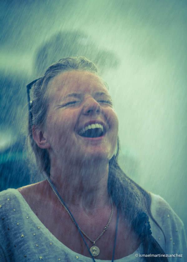 Una mujer recibe la lluvia de la gracia durante la JMJ en Madrid (España).