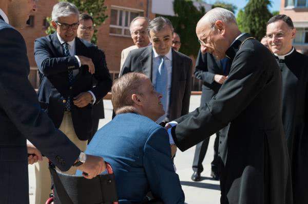 All'inizio dell'incontro il prelato ha salutato alcuni dei presenti. Foto Álvaro García Fuentes.