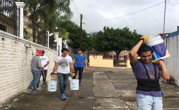 Muchachos de la Residencia Universitaria Panamericana cargando materiales en uno de los pueblos afectados de Morelos
