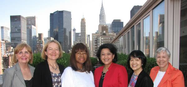 Alice Trimmer (primera, por la derecha) comenzó como directora del centro Rosedale poco después de retirarse de su trabajo de oficina en una gran empresa en Manhattan
