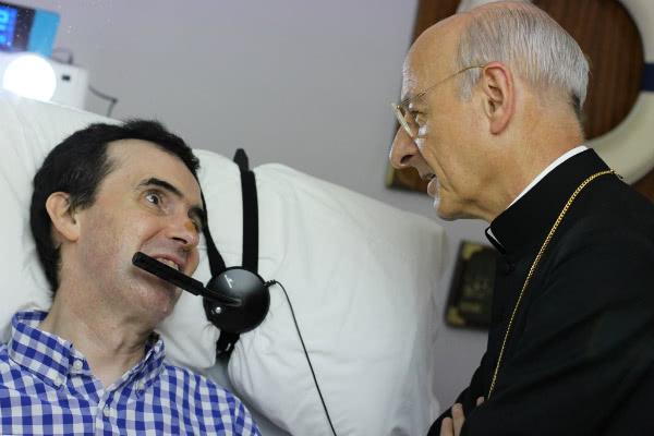Mons. Fernando Ocariz con un enfermo, durante su viaje a Barcelona.