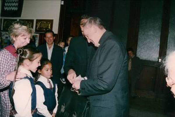 El cardenal Bergoglio durante una visita al colegio Buen Consejo