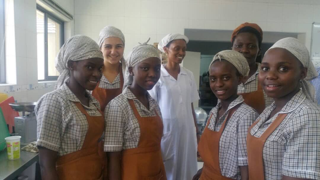 María Jesús con el equipo de cocina del Instituto Pearlcrest Hospitability: Kul, Jesu, Sarah, Njoki, Martha, Jennifer y Prossy
