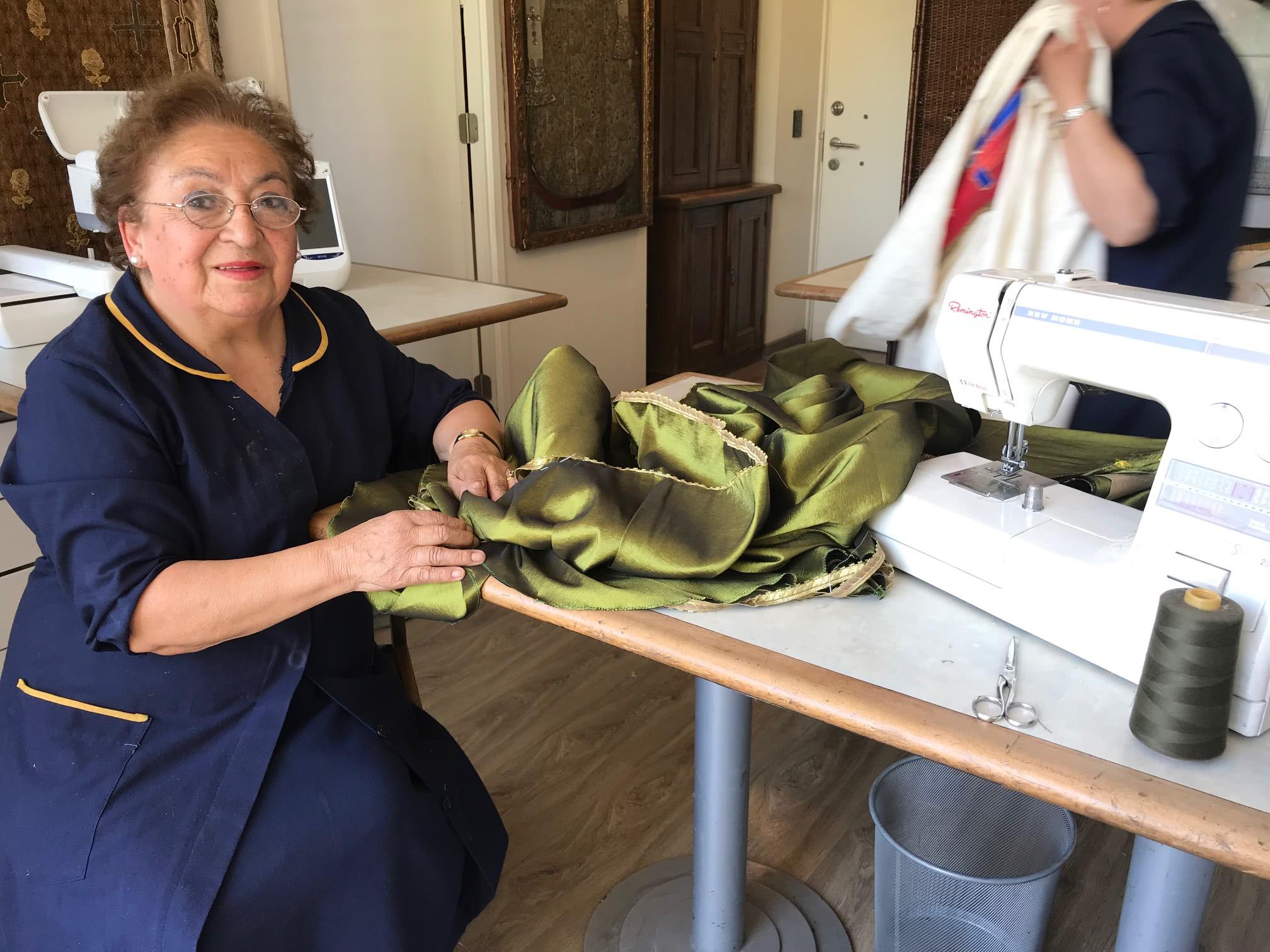 Susana Miranda trabajó en la indumentaria que usó San Juan Pablo II en Rodelillos  y ahora se concentra  en los ornamentos que usará el Papa Francisco y los obispos chilenos, que están en su etapa final.