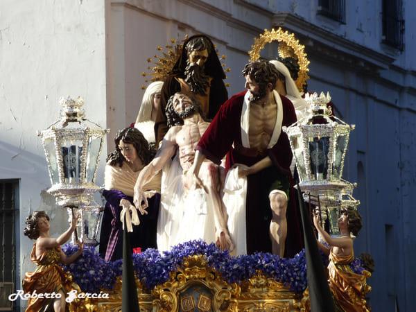 """""""Hace muchos años, casi treinta, vine a Sevilla por Semana Santa. Salí a la calle cuando ya andaban las cofradías por ahí... Y cuando vi toda aquella gente, aquellos piadosos hombres que iban en las procesiones acompañando a la Virgen, pensé: esto es penitencia, esto es amor"""""""