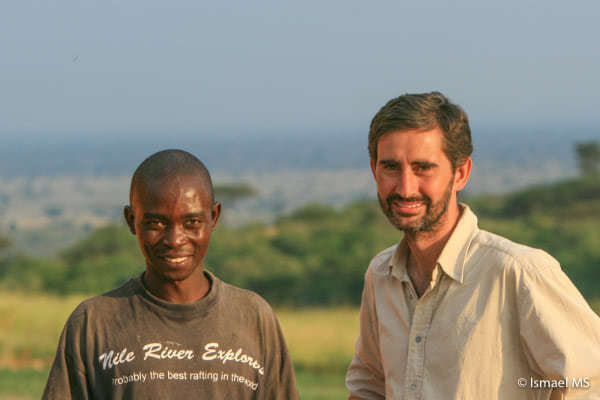 Ismael, autor del reportaje y fotoperiodista, con un amigo en Uganda.