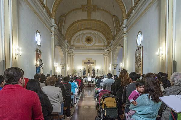 El templo de san Ramón Nonato está abierto todo el día, y la gente del barrio responde con su presencia.