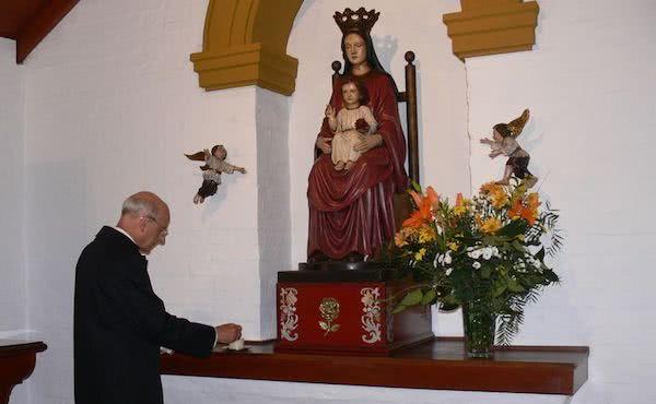 Mgr Fernando Ocáriz , prie aux pieds de la Sainte Vierge, à la Chacra, comme le fit saint Josémaria en 1974.