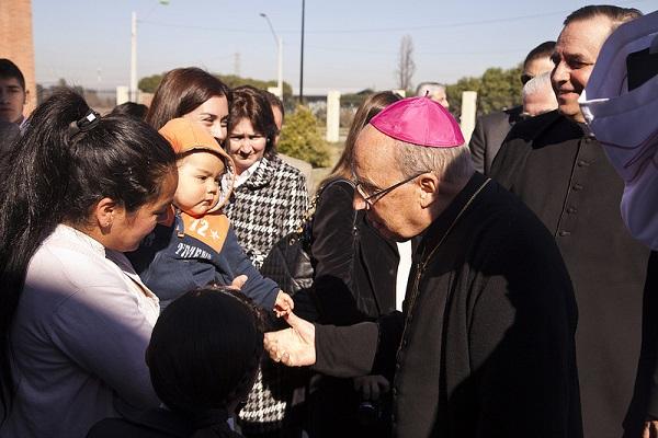 O Prelado cumprimenta uma mulher com seu filho, no Chile