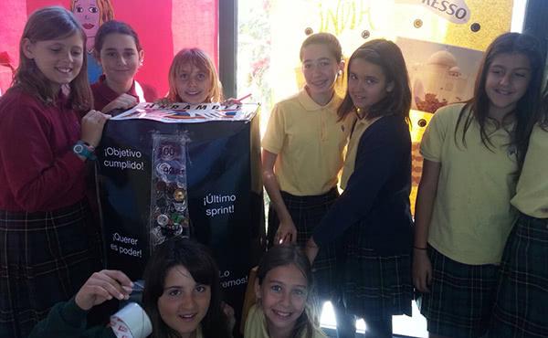 Les alumnes van arribar a omplir una capsa de càpsules de cafè que pesava 23 kg
