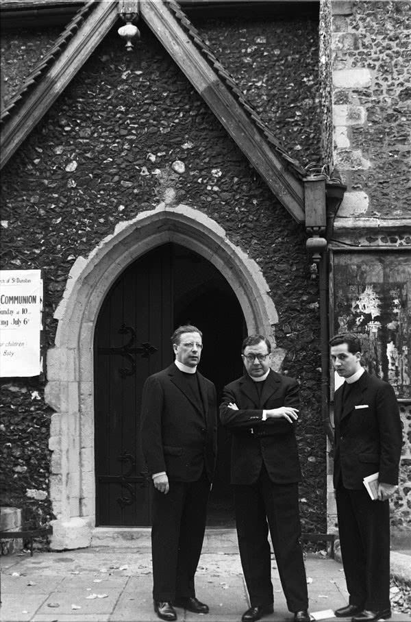 Comove-me muito uma fotografia em que estão os três sacerdotes juntos no átrio da pequena igreja de St Dunstan em Canterbury no verão de 1958