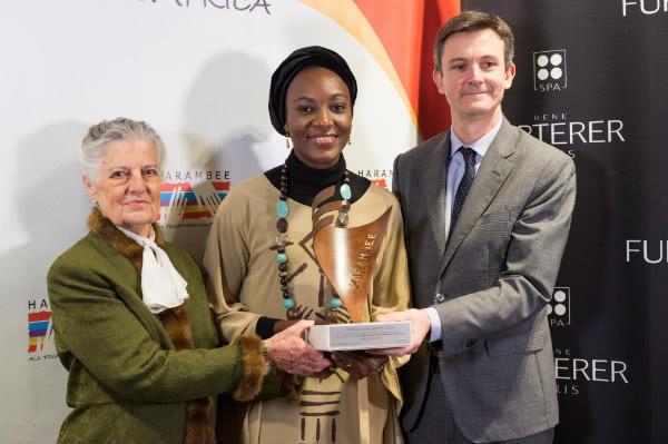 S. A. R. Teresa de Borbón dos Sicilias, la premiada Ebele Okoye, y Laurent Coupé, Director General Pierre Fabre.