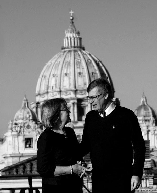Birgitta y Ulf ante la basílica de san Pedro, en Roma.
