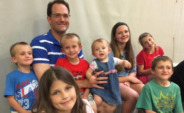 Michael con siete de sus hijos.