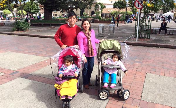 Natalia y Manuel acompañados de Loretta y Agustina. Chía, Colombia. (Febrero 2013)
