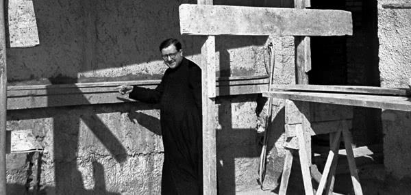San Josemaría recorriendo las obras de Villa Tevere 1951