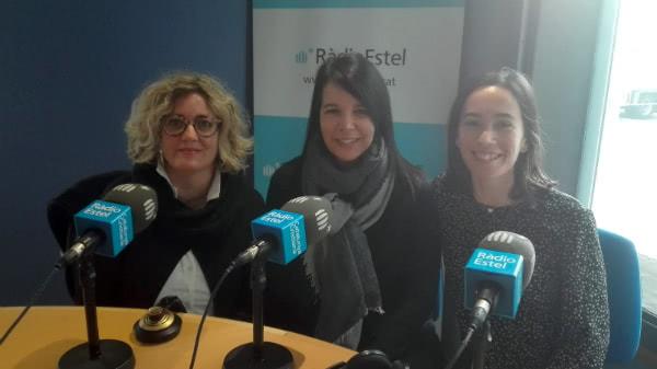 D'esquerra a dreta, Olga, Marta i Gloria explicant el Proyecte Júlia's en una tertúlia radiofónica.