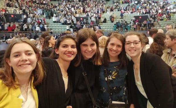 Parmi la cinquantaine de français présents sur place, un groupe d'étudiantes de la Résidence Monbièvre (Paris 5e).