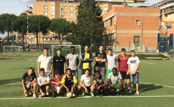 La squadra di calcio è composta da ragazzi dei cinque continenti.
