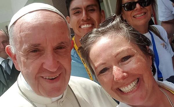 """Marcela Morales pudo sacarse una mentada """"selfie"""" con el Papa en Iquique"""
