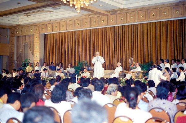 Msgr. Alvaro del Portillo in a general audience at the Cebu Plaza Hotel in January 1987.