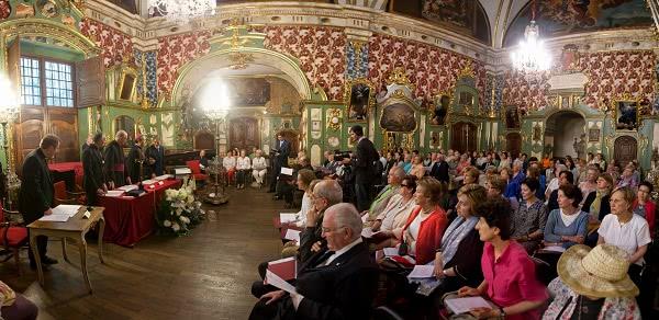 Em primero plano, parentes e amigos da nova Serva de Deus durante o ato de clausura diocesana do processo de canonização
