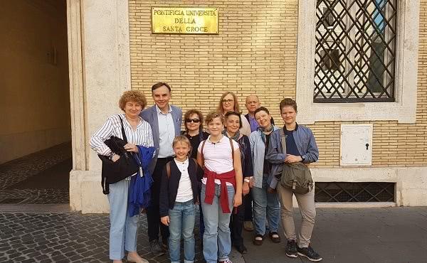 Grupa z Polski przed Uniwersytetem Św. Krzyża