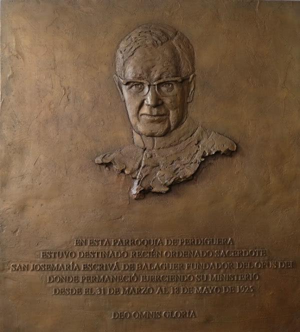 La imagen de san Josemaría es una figura de bronce realizada en forma de altorrelieve, que se ha colocado en el interior de la iglesia.