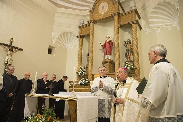 El prelado del Opus Dei, Mons. Javier Echevarría, durante la ceremonia de bendición de las obras de reconstrucción de la rectoría.