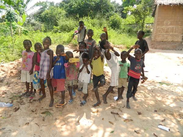 Niños de una de las antenas médicas del Hospital Monkole./ Imagen cedida por ONAY