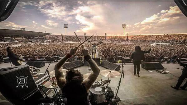 Michael Miley durante un concerto. Foto @_films (Facebook)