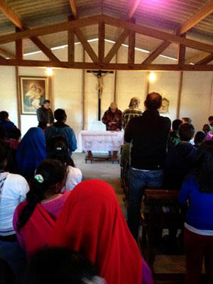 Rezando la oración de la estampa con toda la comunidad.