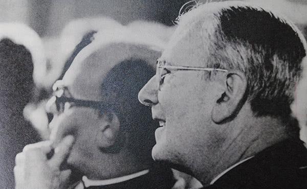 Don José Luis en una tertulia con el beato Álvaro, pocas semanas antes de su fallecimiento.
