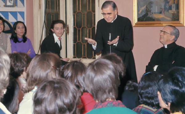 """São Josemaria e D. Álvaro del Portillo durante um encontro com jovens em """"Villa Sachetti"""" (Roma)"""