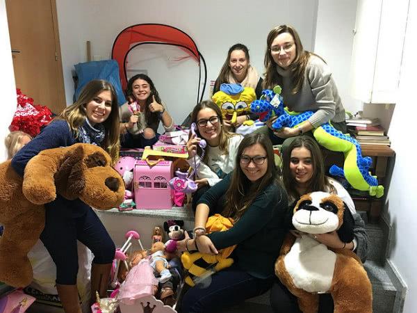 """Voluntarias preparando Reyes para hijos y nietos, de alumnas del programa """"Mejora"""" y """"Hogar y Cocina""""."""