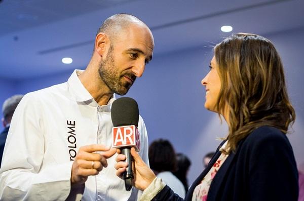 Luis Bartolomé atendiendo a una periodista. Foto: Harambee.