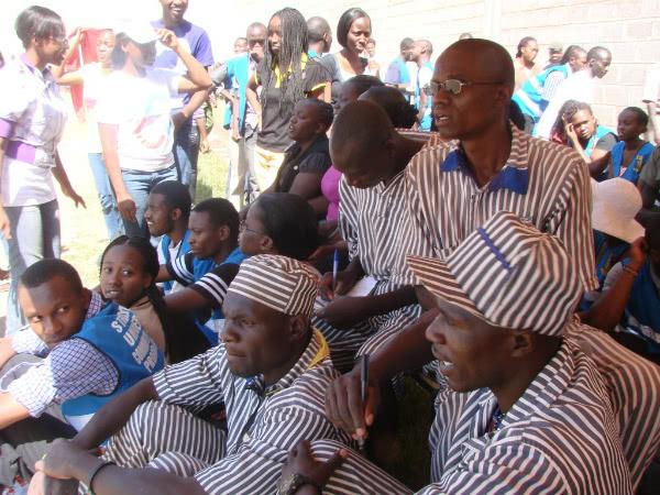 Alumnos de Strathmore University (Kenia) llevan desde 2004 acercándose a la cárcel de Naivasha Main para echar una mano. Empezaron ayudando a instalar las clases, y ahora forman parte del Community Outreach Program, un programa a domicilio diseñado para los presos que contempla la donación de material educativo y cursos de contabilidad que, para muchos, son el pasaporte para el futuro.