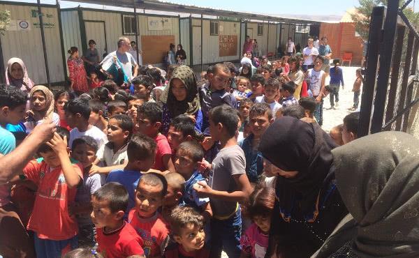 A través de una parroquia católica de Beirut, fuimos a visitar a varias familias iraquíes y les entregamos medicinas, algo de ropa y juguetes.