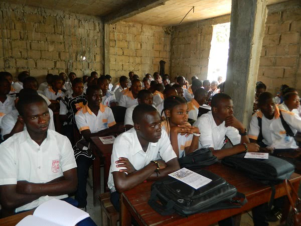 Jóvenes congoleños recibiendo información sobre VIH y maternidad. /Imagen cedida por ONAY