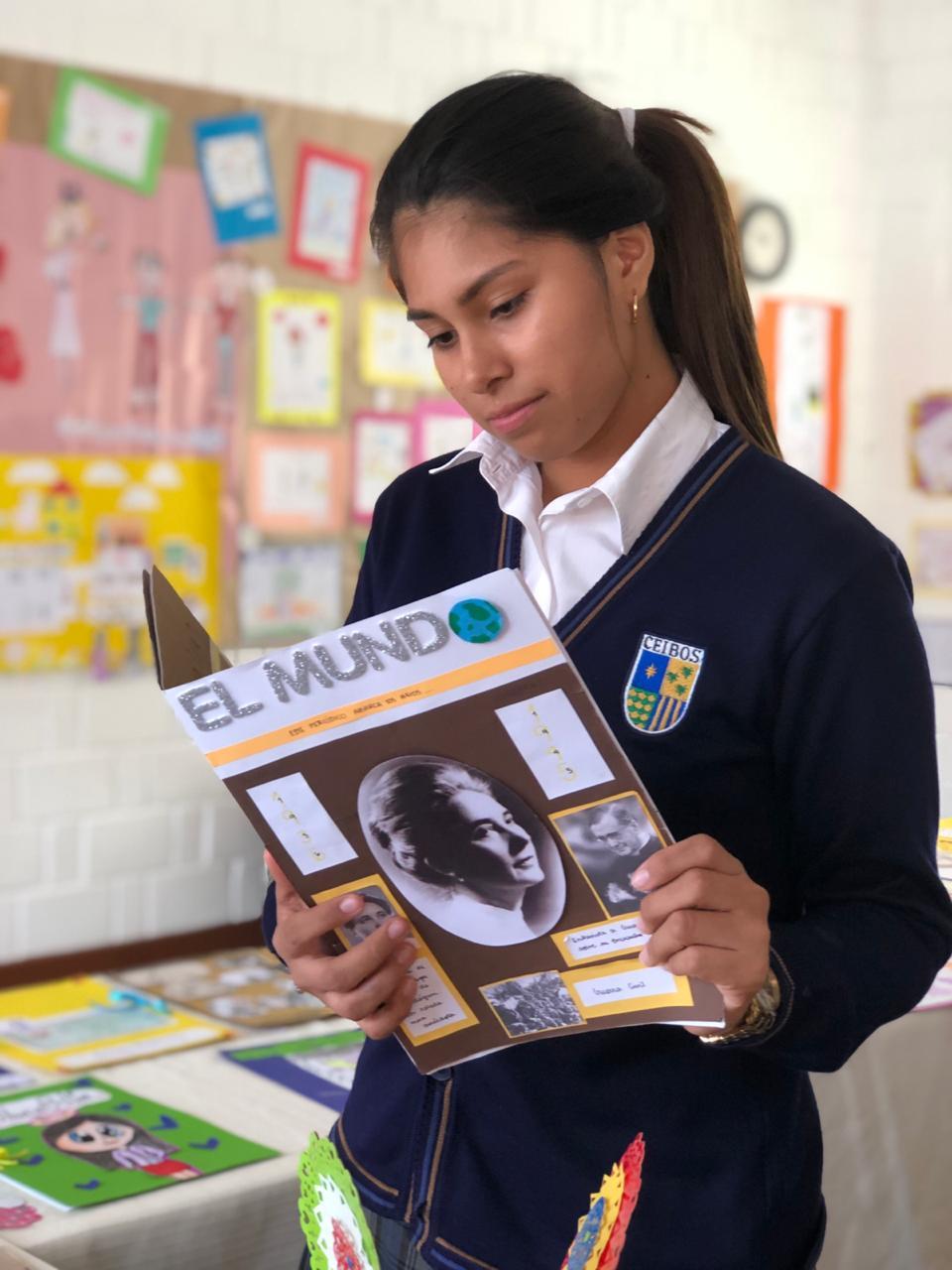 Alumna de Ceibos apreciando uno de los trabajos sobre Guadalupe