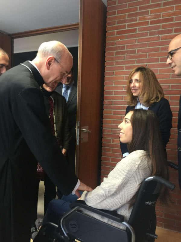 Celia pudo saludar al prelado del Opus Dei, en Pamplona.