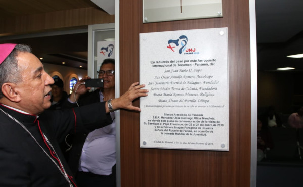 Monseñor Ulloa reading the plaque.