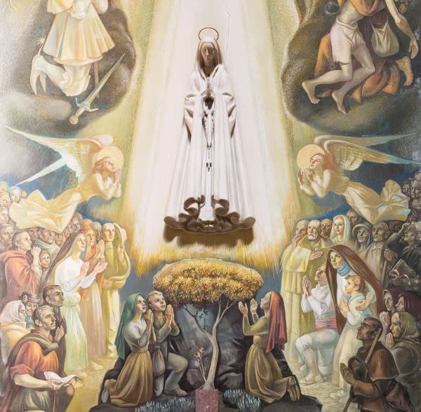 Capilla de Nuestra Señora de Fátima en la parroquia de San Eugenio (Roma). Al centro, una estatua de la Virgen esculpida por Leopoldo de Almeida. Pintados por Martins Barada se encuentran debajo de la Virgen, los videntes de Fátima, y a su alrededor, ángeles, devotos de la Virgen y varios santos portugueses.