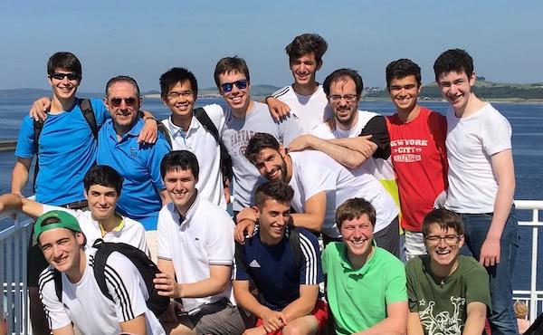 Een bezoek aan Schotland met andere jonge leden van het Opus Dei. Pedro, met het rode shirt, kon na protonenbestraling in Duitsland weer enkele maanden genieten van de zomer.