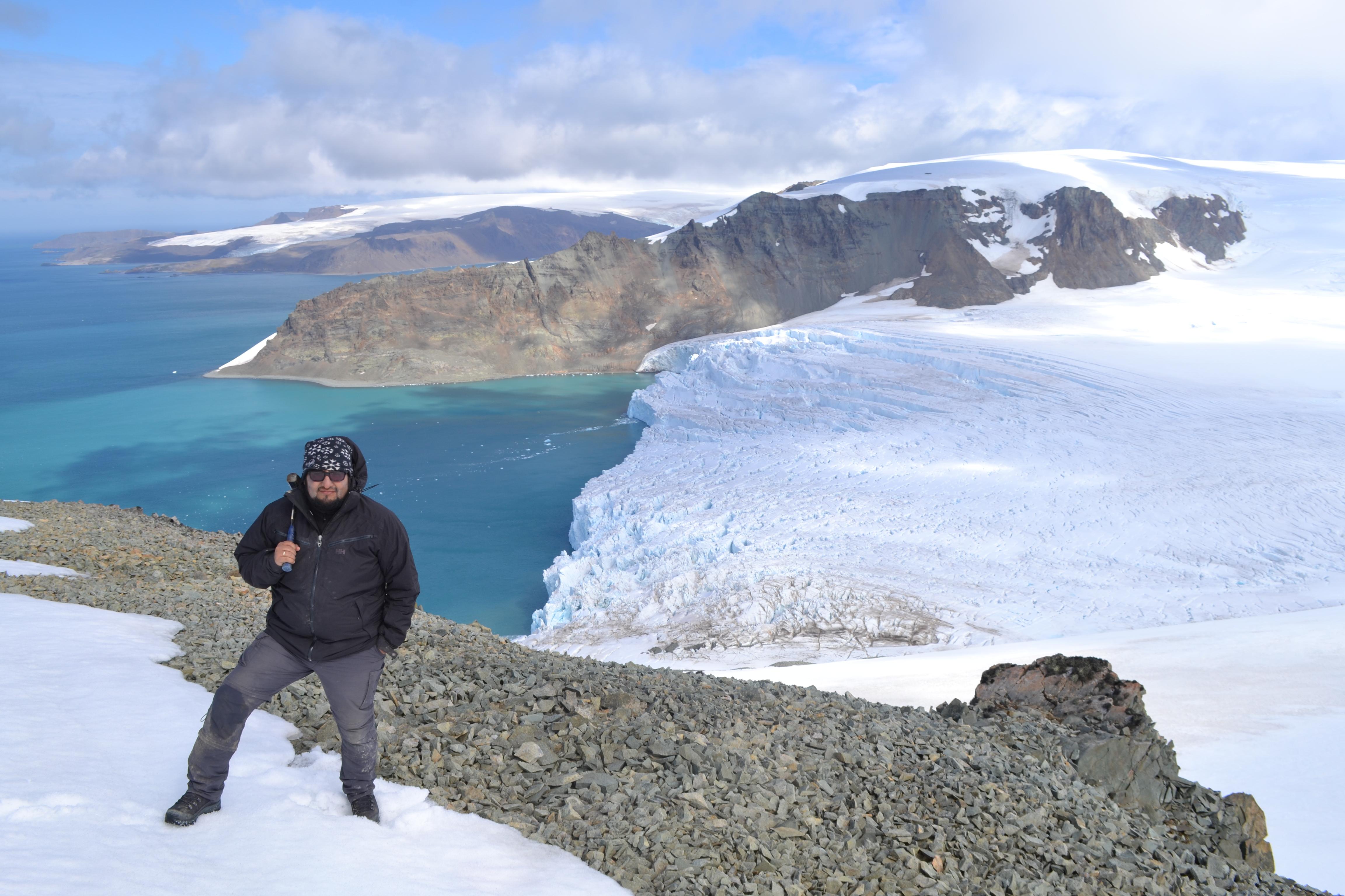 Vista del Glaciar Lange que llega hasta las aguas del mar de la Antártida, en Bahía Almirantazgo.