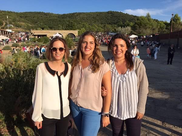Marta (izquierda) con Loreto y Teresa, en Torreciudad.