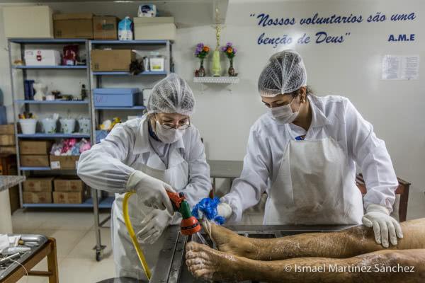 Los voluntarios son una bendición de Dios. Cadáver. Limpieza del cuerpo en Juina (Brasil).