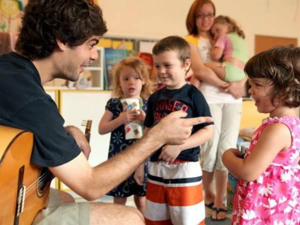 Daniel, con varios de sus alumnos más pequeños