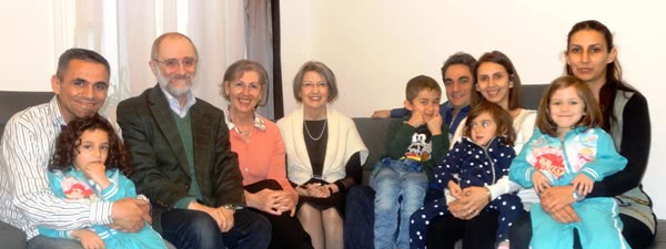 Famílias austríacas e sírias se reunem para comer e passar um tempo juntos.